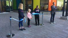 Homekoulusta uuteen taloon - Jalkarannan koulun oppilaat avasivat uudet koulutilat leikkamalla silkkinauhan.