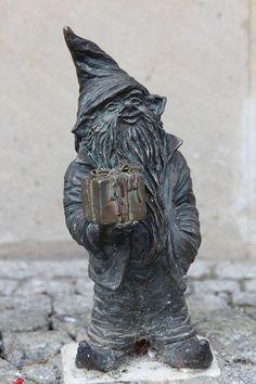 Suvenirek wrocławski krasnal znajdujący się przed Informacją Turystyczną Rynek 3; autor: Beata Zwolańska–Hołod