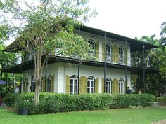 """Chez Hemingway Il était surnommé le """"Papà"""" par les habitants de Cuba. C'est tout naturellement qu'il s'est installé dans cette tranquille paillotte entre la Havane et les palmiers. Ca ne l'a pas empeché d'y écrire Paris est une fête...  Maison Hemingway, 907 Whitehead Street"""