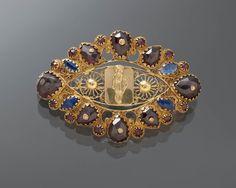 Gouden broche, Friesland Deze 14-karaats gouden broche is oorspronkelijk waarschijnlijk het slot van een zogeheten bootjesketting (soort halsketting) geweest.  1825-1840 #Friesland