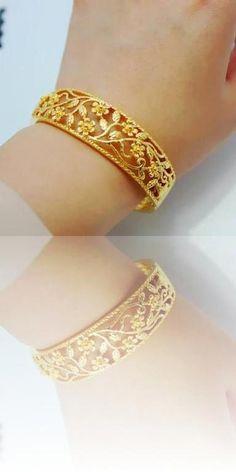 Gold Jewelry For Sale Indian Jewellery Design, Indian Jewelry, Jewelry Design, Gold Jewellery, Jewlery, Gold Jewelry For Sale, Trendy Jewelry, Gold Bangles, Kundan Bangles