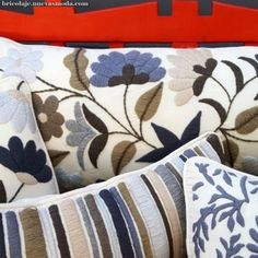 I love the embroidered stripped pillow with floral pillow. Hand Embroidery Designs, Embroidery Patterns, Machine Embroidery, Mexican Embroidery, Bed Runner, Blue Quilts, Floral Pillows, Cushion Covers, Textile Art