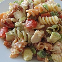 Chicken Club Pasta Salad All the fixings for a chicken club sandwich are folded together with pasta and a creamy Italian dressing for a quick and easy lunch. Chicken Club, Chicken Pasta, Salad Chicken, Shrimp Pasta, Garlic Chicken, Easy Pasta Salad, Pasta Salad Recipes, Feta Pasta, Sandwiches