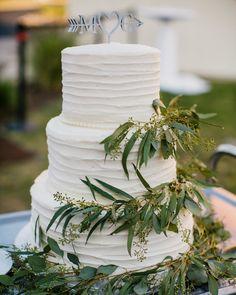 White wedding cake with eucalyptus Eucalyptus Wedding, Wedding Cakes With Flowers, Bloom, Table Decorations, Dinner Table Decorations