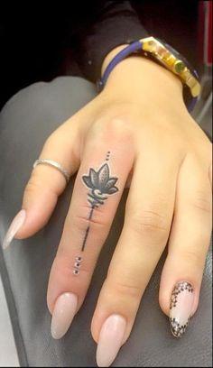 Finger Tattoo For Women, Finger Tattoo Designs, Tattoo Designs For Women, Tattoos For Women Small, Small Tattoos, Tattoo Finger, Womens Finger Tattoos, Hand And Finger Tattoos, White Tattoos