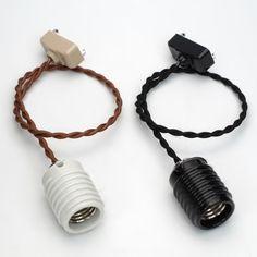 モーガルソケットとねじりコードを組み合わせたシンプルなアンティークペンダント器具。裸電球でご使用いただけるシンプル照明