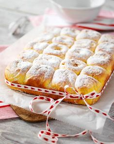 Fira Lucia med saffransbullar i långpanna Christmas Food Treats, Christmas Sweets, Christmas Cooking, Cookie Desserts, No Bake Desserts, Bagan, Cake Recipes, Dessert Recipes, Swedish Recipes