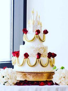 """Eine """"Die Schöne und das Biest""""-Torte mit roten Rosen ist perfekt für eine romantische Hochzeit."""