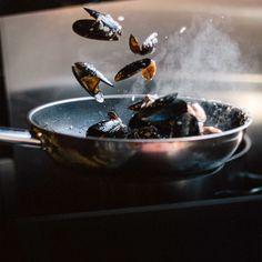 Heb jij binnenkort catering nodig op locatie? Of ga je kamperen? De Hendi Inductie Kookplaat Black Line is ideaal om mee te nemen! De kookplaat heeft een vermogen van 2000 Watt en heeft een temperatuurbereik van 35 - 240°C. Het is geschikt voor pannen met een bodemmaat van min Ø 12 cm tot max Ø 23 cm. Ook beschikt de Hendi Kookplaat over een elektronische oververhittingsbescherming. De temperatuur of het vermogen van de kookplaat kan aangepast worden in 11 stappen. Catering, Catering Business, Gastronomia
