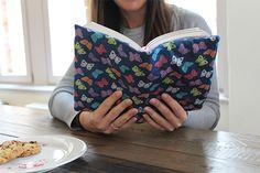 Obin der Bahn, im Wartezimmer oder auf der Bettkommode - die Lieblingslektüre macht so manche Reise mit! Damit du deinen aktuellen Lesestoff vorm Knittern und Kaffeeflecken schützen kannst, zeigen wir dir, wie du eine schöne und praktische Buchhülle selber nähen kannst - und zwar im Handumdrehen!
