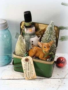 use my red bread box Christmas Decoration // Snowman // Folk Art Christmas // Bottle Brush Tree // Vintage Metal Lunch Box // Vintage Style Christmas Vintage Christmas Crafts, Noel Christmas, Vintage Holiday, Little Christmas, Rustic Christmas, Christmas Projects, Winter Christmas, Holiday Crafts, Christmas Ideas