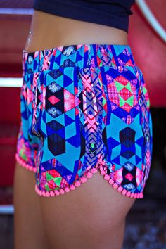 Printed pom pom shorts - need these like ASAP Pompom Shorts, Look Fashion, Fashion Outfits, Womens Fashion, Fashion Trends, Summer Outfits, Cute Outfits, Mode Boho, Patterned Shorts