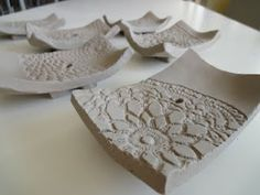 arteascuola: Clay soap-dishes click the image or link for more info. Hand Built Pottery, Slab Pottery, Ceramic Pottery, Thrown Pottery, Ceramic Soap Dish, Ceramic Clay, Soap Dishes, Ceramic Bowls, Ceramics Projects
