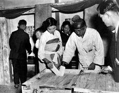 어린 아이를 업고 투표하는 여인과 할아버지(1948). 생산기관 : 유엔 사진도서관