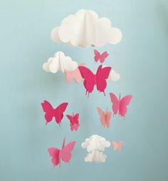Rosa Schmetterlinge unter den Wolken