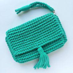 Bolso   tejido a trapillo turquesa pequeño con cadena y botón magnético con lindos accesorios.   by @katerinka_kasyanova