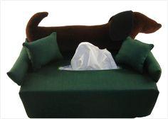 Auf tannengrüner Baumwolle hat ein aus Cordsamt gefertigter Dackel mit 2 kleinen Kissen seinen Lieblingsplatz gefunden.    Eine Geschenkidee oder klei
