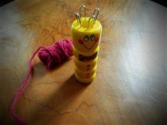 Bonjour, Comment faire un tricotin ? Enfant, j'ai le souvenir de faire des mètres de tricotin avec mon petit personnage. Mais 10 ans plus tard, impossible de me souvenir comment commencer ! A…
