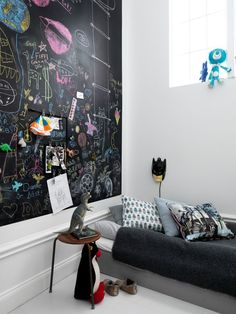 Låt kreativiteten flöda. Måla barnrummet med Skoltavelfärg så kan ditt barn skapa egna färgkombinationer och former.