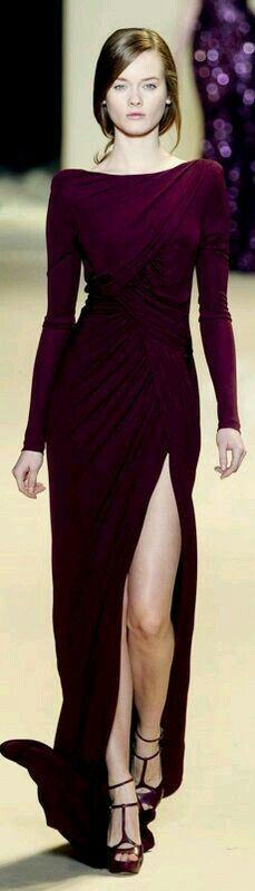 Vestido purpura con abertura en la pierna izquierda