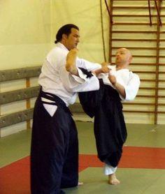 Steven Seagal #Aikido #Aikikai. Dans le vrai de l'entrainement de l'Aquïdo. Sur ce mouvement, s'il force, la genou casse.