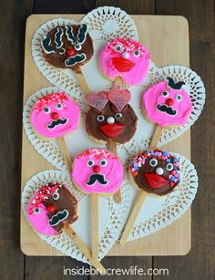 How cute are these Valentine's day Valentine's Sugar Cookie Pops? They're the perfect classroom treat for the kids.