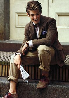 I love the Ivy League look: a tweed jacket with suede elbow patches, chinos, a bow tie and pocket square. modern look men 3 Blazer En Tweed, Tweed Run, Tweed Jacket, Brown Jacket, Tweed Outfit, Tweed Coat, Wool Coat, Sharp Dressed Man, Well Dressed Men