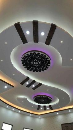 When most of us think about the ceiling for our homes, the thing that comes to our mind is white and flat. Beautiful Ceiling Designs, Simple False Ceiling Design, Gypsum Ceiling Design, House Ceiling Design, Ceiling Design Living Room, Bedroom False Ceiling Design, False Ceiling Living Room, Home Ceiling, Bedroom Pop Design