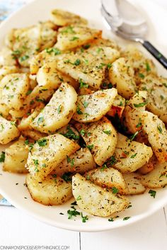 Italian Roasted Garlic And Parmesan Potatoes http://www.changeinseconds.com/italian-roasted-garlic-and-parmesan-potatoes/ #glutenfree #vegetarian