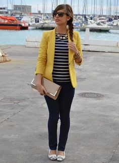 Navy blue with white stripes, yellow blazer and neutral accessories/shoes. Style Casual, Casual Work Outfits, Blazer Outfits, Business Casual Outfits, Mode Outfits, Work Attire, Casual Chic, Fashion Outfits, Blue Striped Shirt Outfit