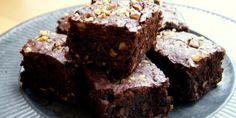 Intens chokoladekage propfyldt med delikate valnødder og pistacienødder, som tilføjer lidt herligt knas.