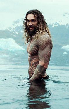 jason-momoa-aquaman-shirtless-water-animated-2.gif