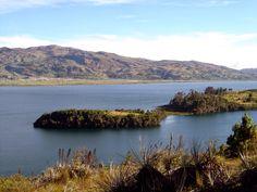 El Lago de Tota tiene un panorama de contrastes sorprendentes, donde se conjugan la siembra de la cebolla con la pesca de la trucha arco iris y las arenas de Playa Blanca, paisaje que incita a recorrer los 47 Km. que bordean el lago, disfrutar de un paseo en lancha, dedicarse a la pesca o a la práctica de deportes acuáticos. WhatsApp 3112333478 http://evpo.st/1GAODTb