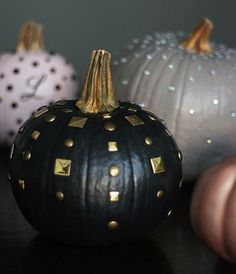 DIY edgy chic pumpkins - almost want to move to the States just so I can do at Halloween! Halloween Elegante, Chic Halloween Decor, Holidays Halloween, Halloween Crafts, Happy Halloween, Halloween Decorations, Spooky Decor, Halloween Party, Edgy Chic