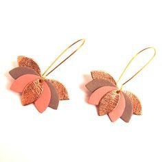 Earrings leather pink, gray and gold, leather flower on golden mount . Handmade Leather Jewelry, Diy Leather Earrings, Leather Keychain, Diy Earrings, Earrings Handmade, Fabric Jewelry, Clay Jewelry, Beaded Jewelry, Jewellery