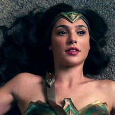 When bae falls to the ground and looks stunning. Wonder Woman Pictures, Wonder Woman Art, Gal Gadot Wonder Woman, Wonder Woman Movie, Gal Gardot, Wander Woman, Hot Actresses, Sexy Hot Girls, Celebrity Crush