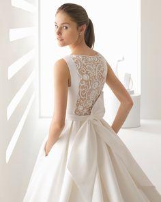 Vestido de novia estilo clásico en ottoman y encaje pedrería, con espalda ilusión y lazo trasero. Colección 2018 Rosa Clará.