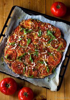 Söin vähän aikaa sitten siskon luona tomaattipiirakkaa, jonka hän oli leiponut Yhteishyvä-lehden reseptillä. Kuten usein hyvien reseptien sattuessa kohdalle, niitä on pian päästävä kokeilemaan itsekin. Yleensä samalla saatan tehdä vielä joitain muutoksia ja tämäkään ohje ei säilynyt täysin alkuperäisenä, vaikka sekin oli maukas. Makumaailmaltaan vastaava resepti löytyy blogista jo entuudestaan nimellä tomaatti-mozzarellapiirakka. Suosittelen paistamaan piirakan […] Growing Tomatoes, Vegetable Pizza, Sandwiches, Food And Drink, Pie, Bread, Baking, Vegetables, Recipes