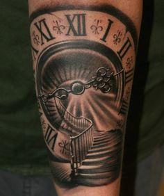Tattoo Wendeltreppe Uhr römische Zahlen