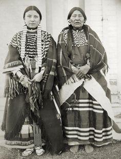 Martha Walkslow с матерью. Ассинибойны, Форт Белкнап, Монтана. 1899 год.