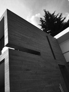 Fachada de patio interno, una piel de granito que se abre de manera muy lineal. #arquitectura #residencial #piedra