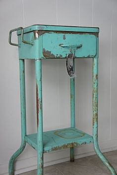 Sweet Young Journey: Flea Market Finds - add casters to the legs and it would work very well in the art studio. Sweet Young Journey: Flea Market Finds - add casters to the legs and it would work very well in the art studio. Flea Market Booth, Flea Market Style, Flea Market Finds, Brimfield Flea Market, Brimfield Antique Show, Metal Furniture, Industrial Furniture, Painted Furniture, Furniture Refinishing