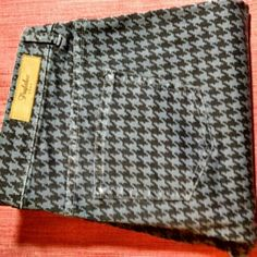 """ZARA houndstooth printed trousers SZ 10/29L 9"""" Rise houndstooth printed trousers. In EUC. Zara Pants Skinny"""