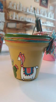 Macetas pintadas by katharine Flower Pot Crafts, Clay Pot Crafts, Diy And Crafts, Painted Plant Pots, Painted Flower Pots, Pottery Painting, Ceramic Painting, Pool House Decor, Painted Stools