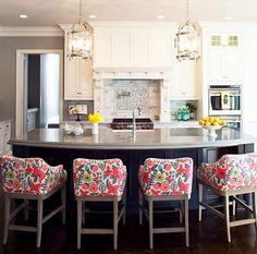 cuisine blanche et noir chaise fleurs
