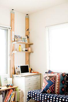 チェストの上のデッドスペースに棚&パソコンデスクを作って機能的な空間に。学生さんのワンルームでの一人暮らしなど、限られたスペースでの生活におすすめです。