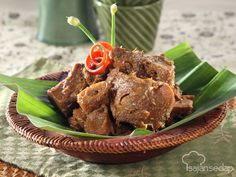 Gudeg bisa kita buat sendiri di rumah, lho. Tak perlu banyak bahan, yang penting ikuti resepnya dengan detil di bawah ini. Indonesian Cuisine, Indonesian Recipes, Malay Food, Coconut Milk, Asian Recipes, Stew, Slow Cooker, Beverages, Spices