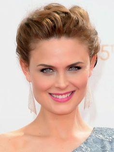 Girly Girls: Emmy Awards 2013: mooiste make-up look met opvallende lippen. Ze koos voor lichte blauwe oogschaduw die mooi match met haar jurk en voor opvallende fuchsia lippen.