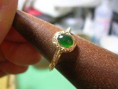 緑色が好きなのはこのブログでも書いていますが、子供の頃は理解出来なかったエメラルドと翡翠の美しさ。エメラルドや翡翠は、宝石の中でも高価ですし、きらびやかな雰囲気というより落ちついていて、老けた印象を持つ方も多いと思います。実際私もそうでした