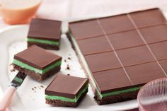 This pretty-as-a-picture Choc-peppermint slice is perfect for afternoon tea. Peppermint Slice, Peppermint Chocolate, Peppermint Patties, Jelly Slice, Chocolate Slice, Chocolate Mints, Delicious Chocolate, Cheesecake Toppings, Aero Cheesecake